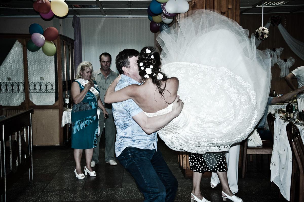 braut tanzt mit schwung